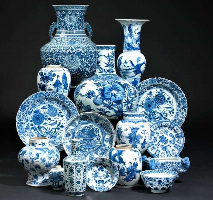 Obwohl sie in früheren skandinavischen Auktionen eher weniger vertreten waren, umfasst die Auktion nun viele Stücke chinesischer Keramik. Hier sehen Sie einige blauweiße Objekte, die bei Bruun Rasmussen zum Aufruf kommen.