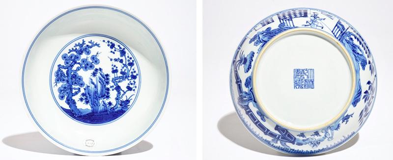 """Los 500: Teller aus chinesischem Porzellan mit blau-weißem Dekor """"Drei Freunde des Winters"""", Qianlong-Epoche und Marke"""