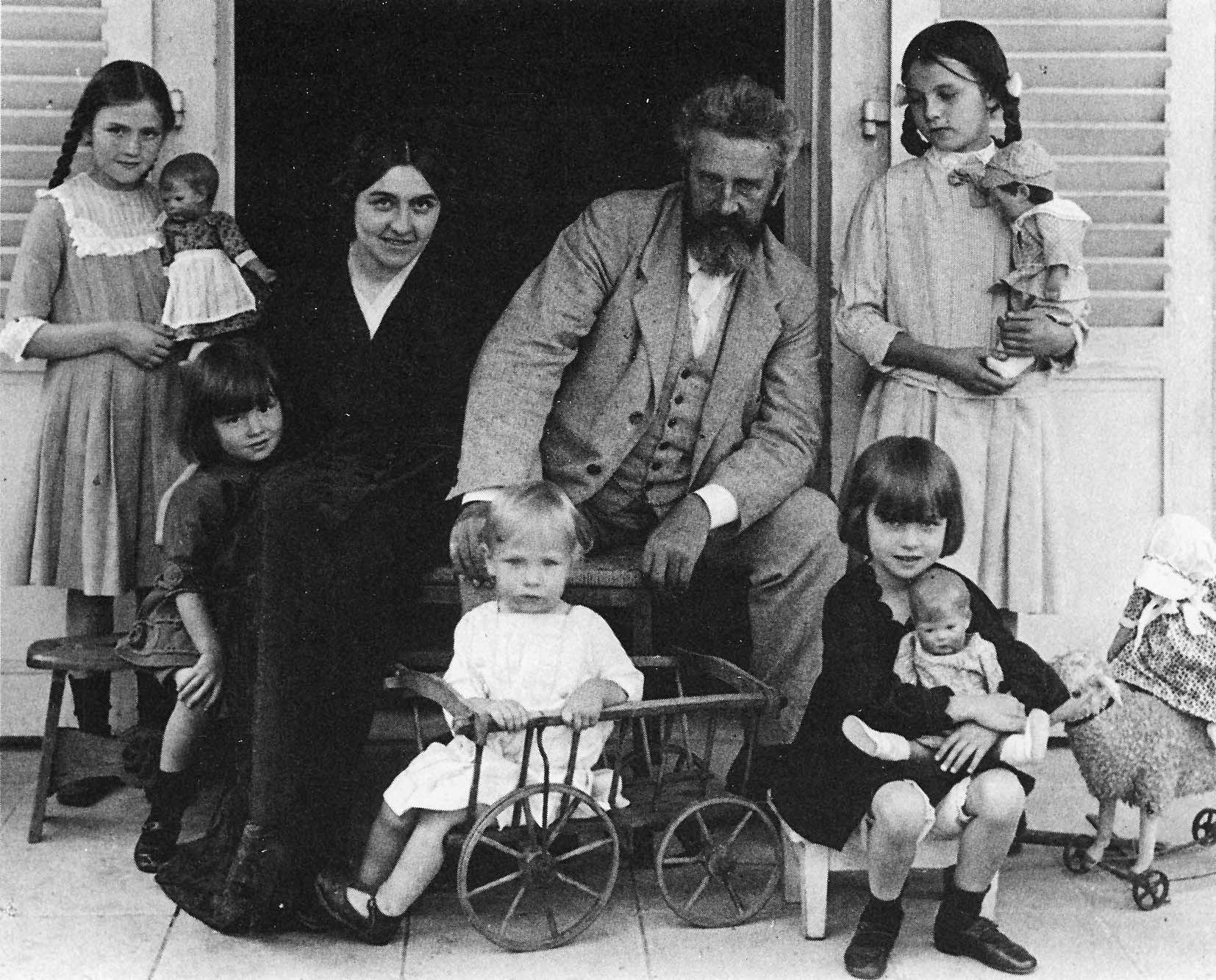 Käthe und Max Kruse mit ihren Kindern Foto: kaethe-kruse.de