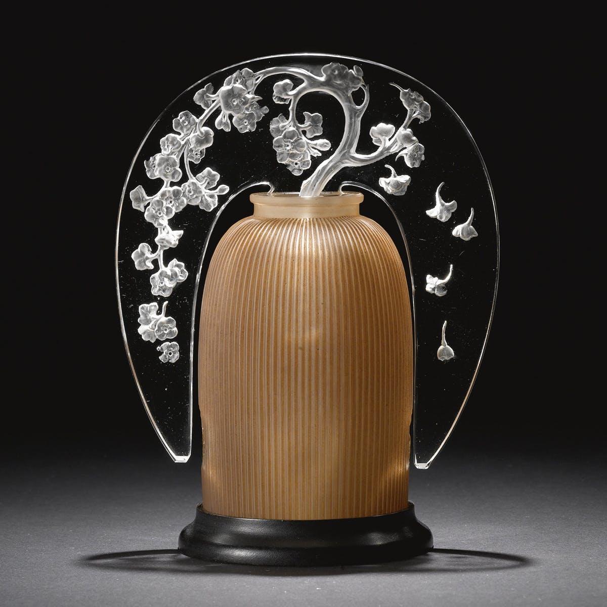 """René Lalique, """"Pommier"""" Veilleuse Brule-Parfym i frostat glas med träbas. Märkt R. Lalique och Robj/Paris, från 1921"""