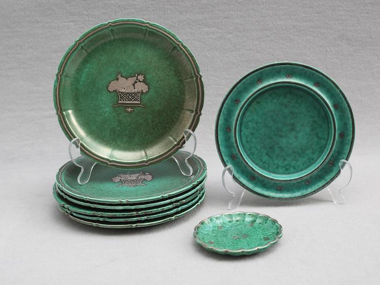 Argenta 8 delar, Gustavsberg, assietter 6 stycken, 2:a sortering, diameter 19 samt skålfat 2 stycken diameter 10,5 respektive 17,5. Utropspris: 600 SEK. Auktionskammaren i vätterbygden.