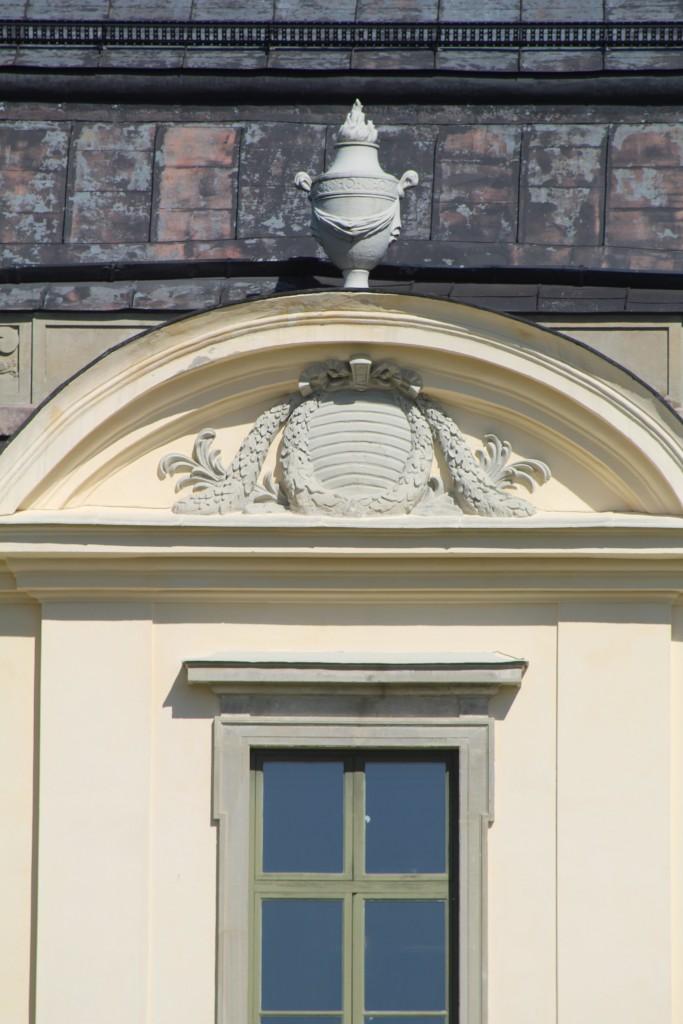 Huvudbyggnadens arkitektur uppvisar exempel på både inslag från nyklassicism som är uppmjukad med drag från rokokon.