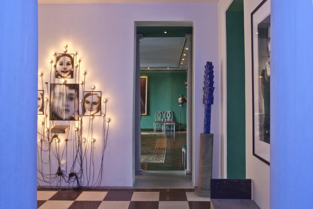 Die moderne Kunst der Halle steht im Kontrast zu den gustavianischen Stühlen und antiken Gegenständen, die sich im Speisesaal befinden.