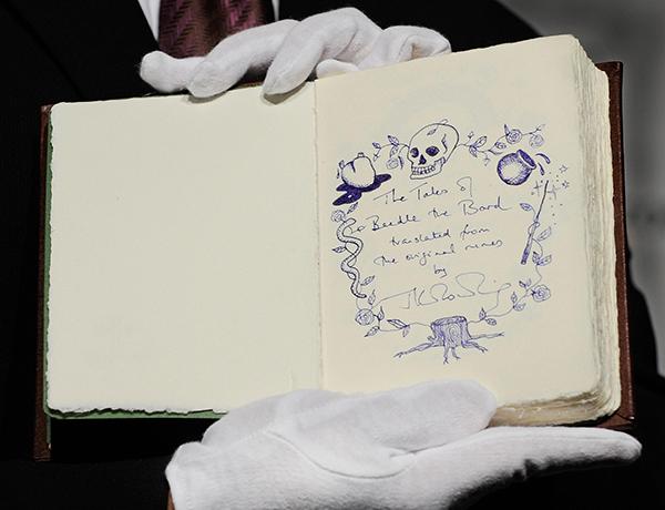 Une édition limitée de The Tales of Beedle the Bard remporté par Amazon en 2008 chez Sotheby's Photo: Toru Yamanaka/AFP/Getty Images