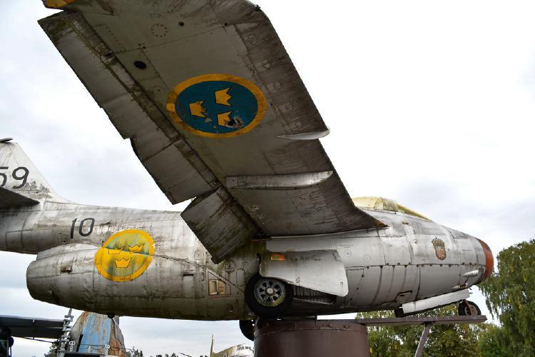 """Flygplanet, J29 """"Tunnan"""" är bara ett av de många fordon att auktioneras ut ur Big Bengts samling. Foto: Helsingborgs Auktionsverk."""