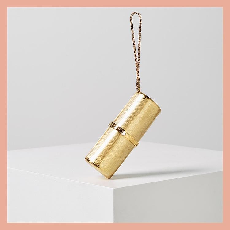 Den cylinderformade guldfärgade aftonväskan från Rodo ropas ut för 1 500 kronor på Bukowskis Market