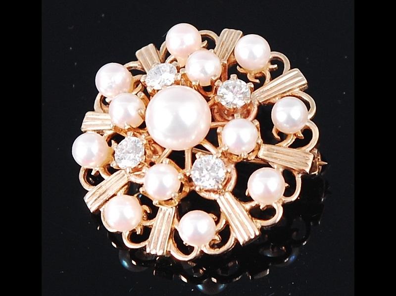 Broche en oro con perla cultivada y diamante, en forma de flor