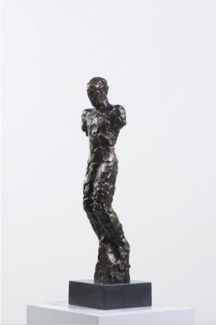"""Nico Widerberg är en ytterligare norsk konstnär. """"Kneeling"""" från 2011 är gjuten i brons och har en upplaga på 8/10"""
