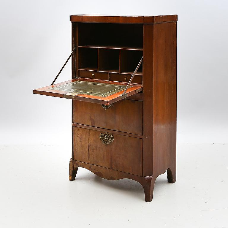Sekretär, 1800-talets mitt. Mahogny. Beslag av mässing. Utropspris: 2 500 SEK. Bukowskis market