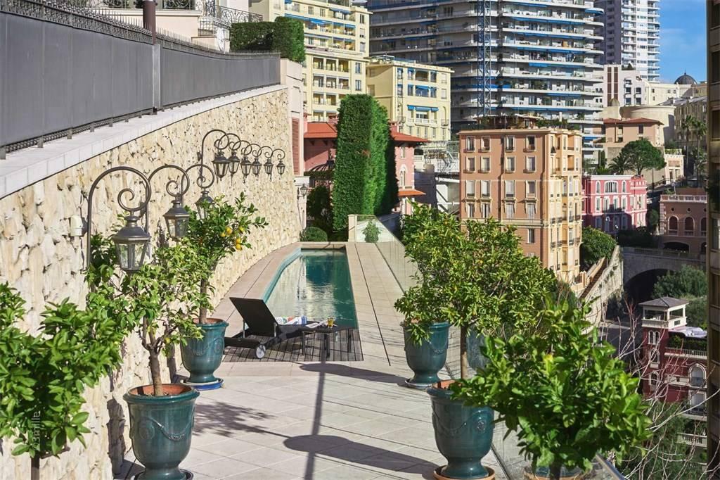 Ein privater Swimmingpool mitten in Monaco gehört ebenfalls zur Immobilie | Foto: sothebysrealty.com