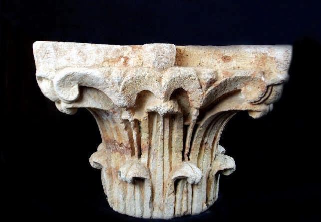 Ett föremål som lockat experternas intresse är denna kapitäl i kalksten med skulpterade akantuslöv, från ca 300-400e.Kr.