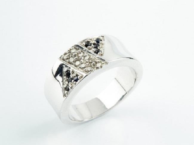 Sortija realizada en oro blanco con zafiros talla redonda y diamantes talla brillante