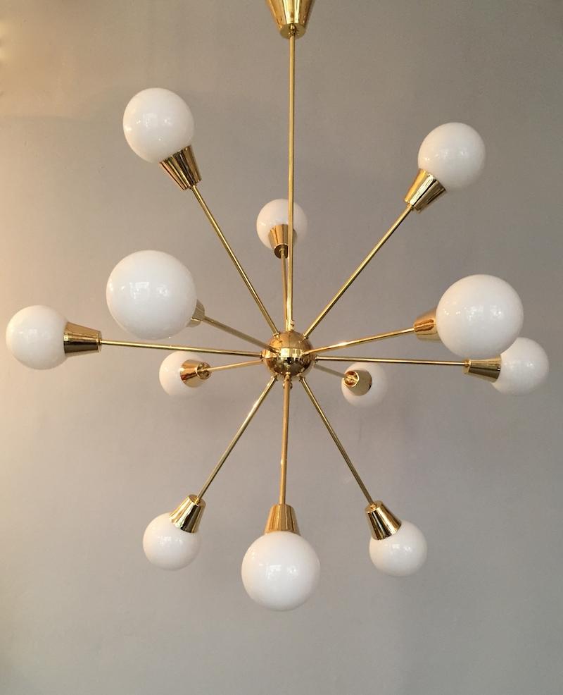 Sputnik i blank mässing i stilnovo-stil. Höjden är cirka 120 centimeter hög. Finns även i krom. Priset hos Domino Antik är 9 900 kronor