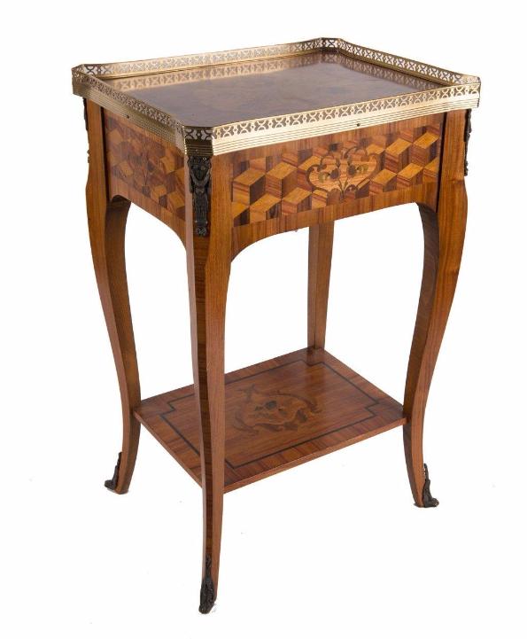 Table de milieu en marqueterie de bois exotique ouvrant à un tiroir en ceinture à décor de cubages, trophées d'armes et fleurettes.