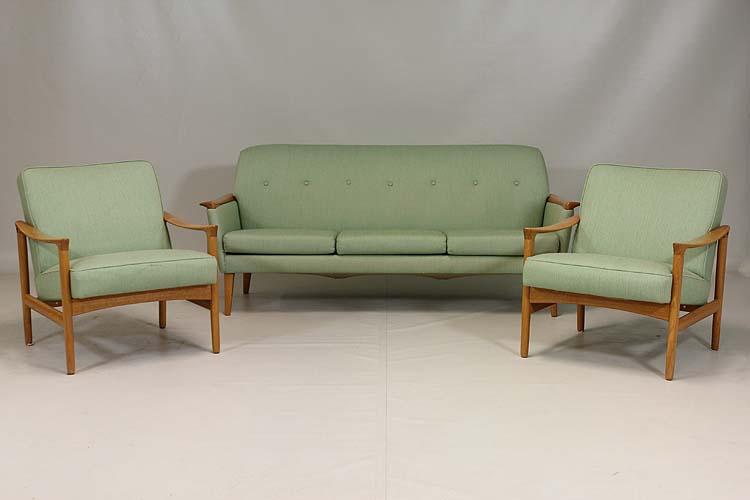 Ett par karmstolar och en soffa i ek och grön tygklädsel,tillverkade hos Bröderna Andersson Industrier Ekenässjön AB på 1950/1960-tal. Utropet hos Effecta är 1 500 kronor