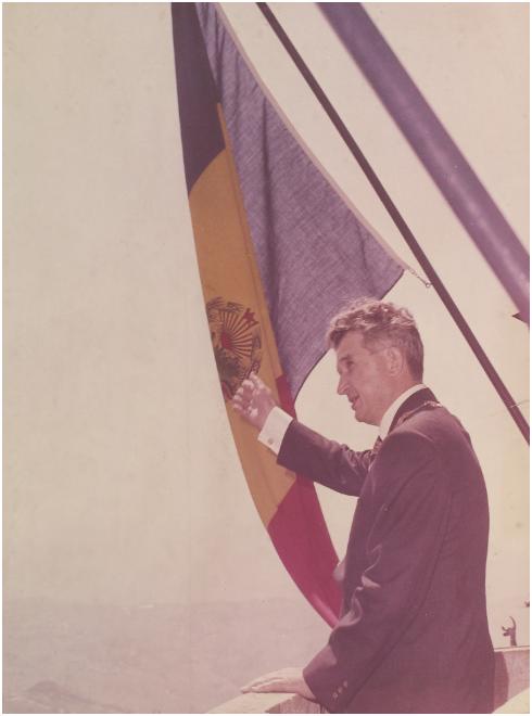 Fotografi av Nicolae Ceausescu, då han håller tal på balkongen i centralkommittén. Utropspris: 800 SEK. Artmark.