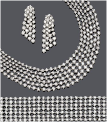 Van Cleef & Arpels - Smycken i vitguld. Halsband, armband och örhängen. Halsband: 384 diamanter (ca 41.00 kt) Armband: 182 diamanter (ca 26.00 kt), örhängen: 29 diamanter vardera (totalt ca 10.00 kt.) Utropspris: 2,4 -3,2 miljoner kronor.