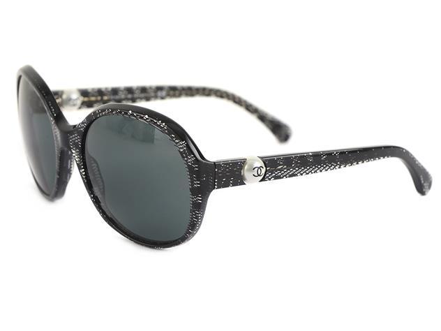 Solglasögon Chanel, 5211-H, svart melerade bågar, på varsin skalm en vit imitationspärla, putsduk samt etui. På auktion hos Kaplans Auktioner den 16 april.