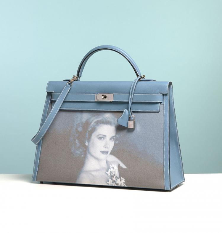 Skådespelerskan Grace Kelly var som nämnt en flitig användare av denna väska. Hon använde den så pass mycket att den så småningen om döptes om efter henne och är för de flesta känd som just The Kelly Bag. Det var även med denna väska som trenden sattes att bära väskan på underarmen och inte över axeln eller i handtagen. Idag ser vi detta allt som oftast, men från början ville Grace Kelly främst dölja sin växande gravidmage, vilket just denna väska enligt henne verkar passat väldigt bra till! Idag är väskan en klassiker och så pass hopkopplad med skådespelerskan att hon till och med finns avbildad på väskan. Denna såldes på Art Curials Vintage Hermés auktion i juli förra året och prislappen slutade på 677 000 SEK!