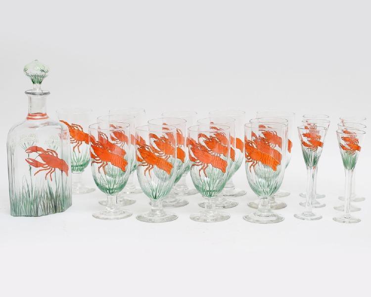 Kräftservis 20 delar glas med polykrom emaljdekor av dill och kräftor. 13 ölglas, 6 snapsglas samt karaff, höjd 15-27.