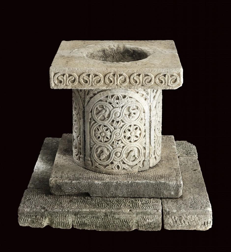 Puteal, Aurisian stone, H: 82 cm, Italy 11. Jh.