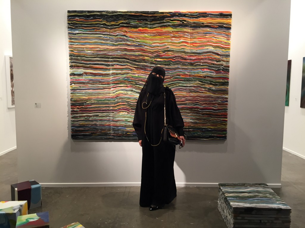Kvinna klädd i burka framför Matthias van Arkels stora silikon verk.