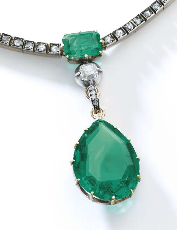 L'émeraude centrale du collier de la Duchesse de Berry pèse 14,03 carats Image via Sotheby's