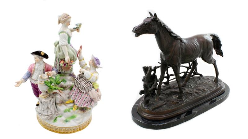 Links: MEISSEN Gärtnergruppe, Entwurf Victor Acker (1736-1799) Rechts: PIERRE JULES MÈNE (1810-1879) - Cheval à la barriere, Bronze auf Marmor, signiert