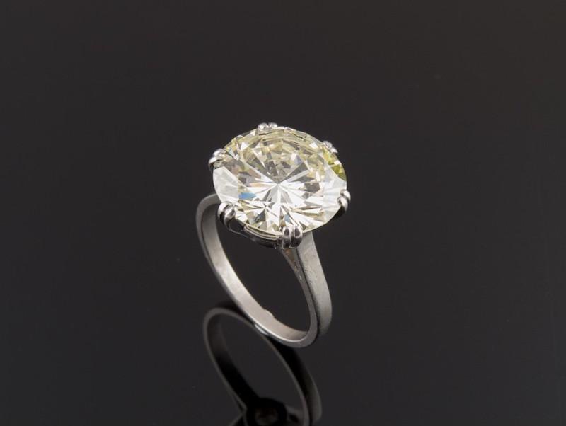 Solitario realizado en oro blanco, con diamante central talla brillante. Precio de salida: 22.800 EUR