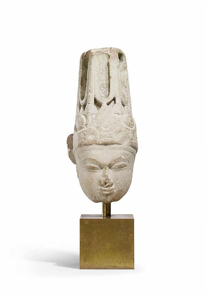 Ett indiskt sandstenhuvud föreställande Vishnu. Viss restaurering 900-1000-talet.