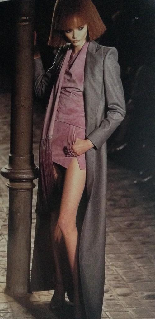 Alexander McQueen, se den höga peruken som gör modellen längre.