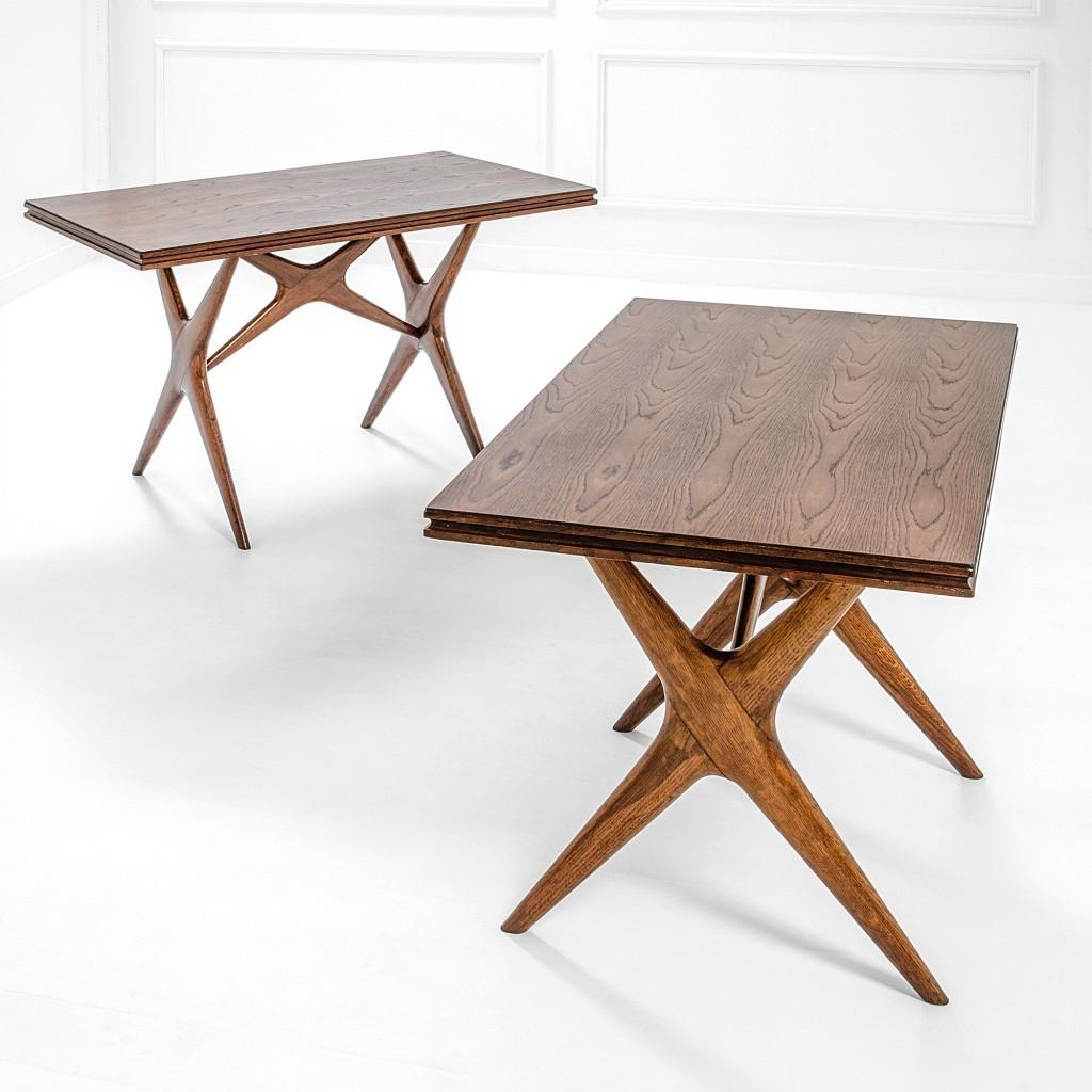 Deux tables conçues pour le restaurant Cavallini à Milan, en bois de châtaignier, produites par Arte Casa, (Cantù), 1949