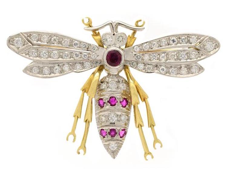 Brosch, 18K guld/rodierat guld, Bi, 53 briljantslipade diamanter, 7 rubiner Utrop: 16 200 SEK Kaplans Auktioner