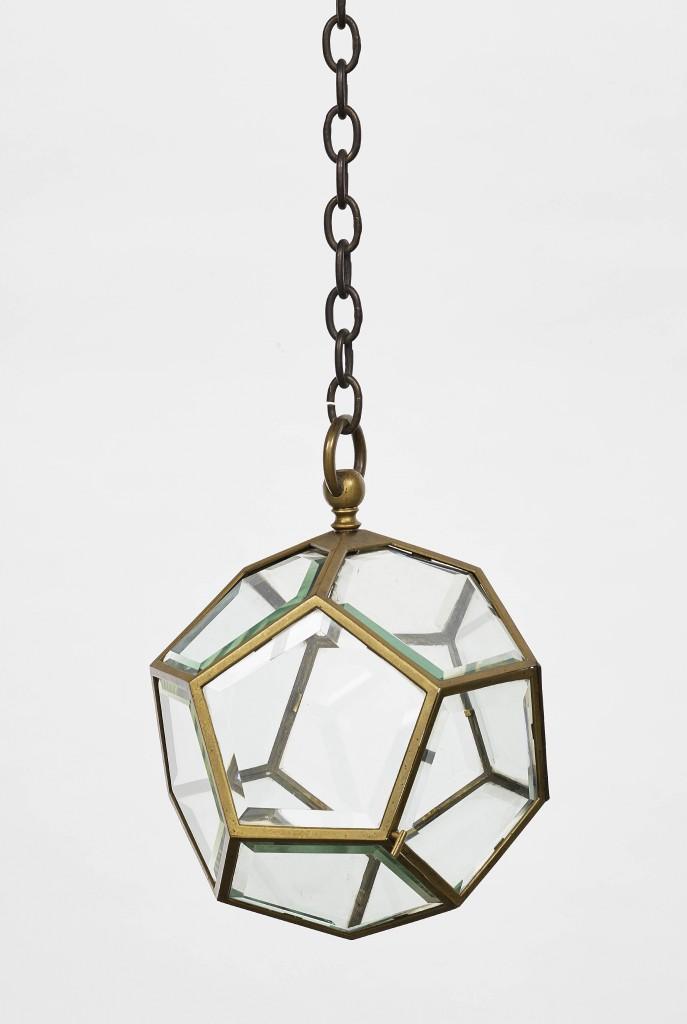 """Kat.-Nr. 74 ADOLF LOOS - Ampel-Lampe """"Dodekaeder"""", Messing vernickelt, facettierte und geschliffene fünfeckige Gläser, ein Glaspaneel zum Öffnen, Messingring und -kette, H ca. 40 x B 30 x T 30 cm, Kette 98 cm, Wien um 1907 Schätzpreis: 16.000-18.000 EUR"""