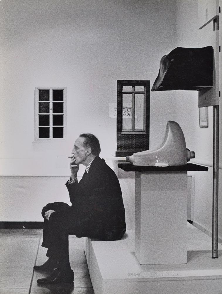 Marcel Duchamp bredvid The Fountain. Bild: Artsy