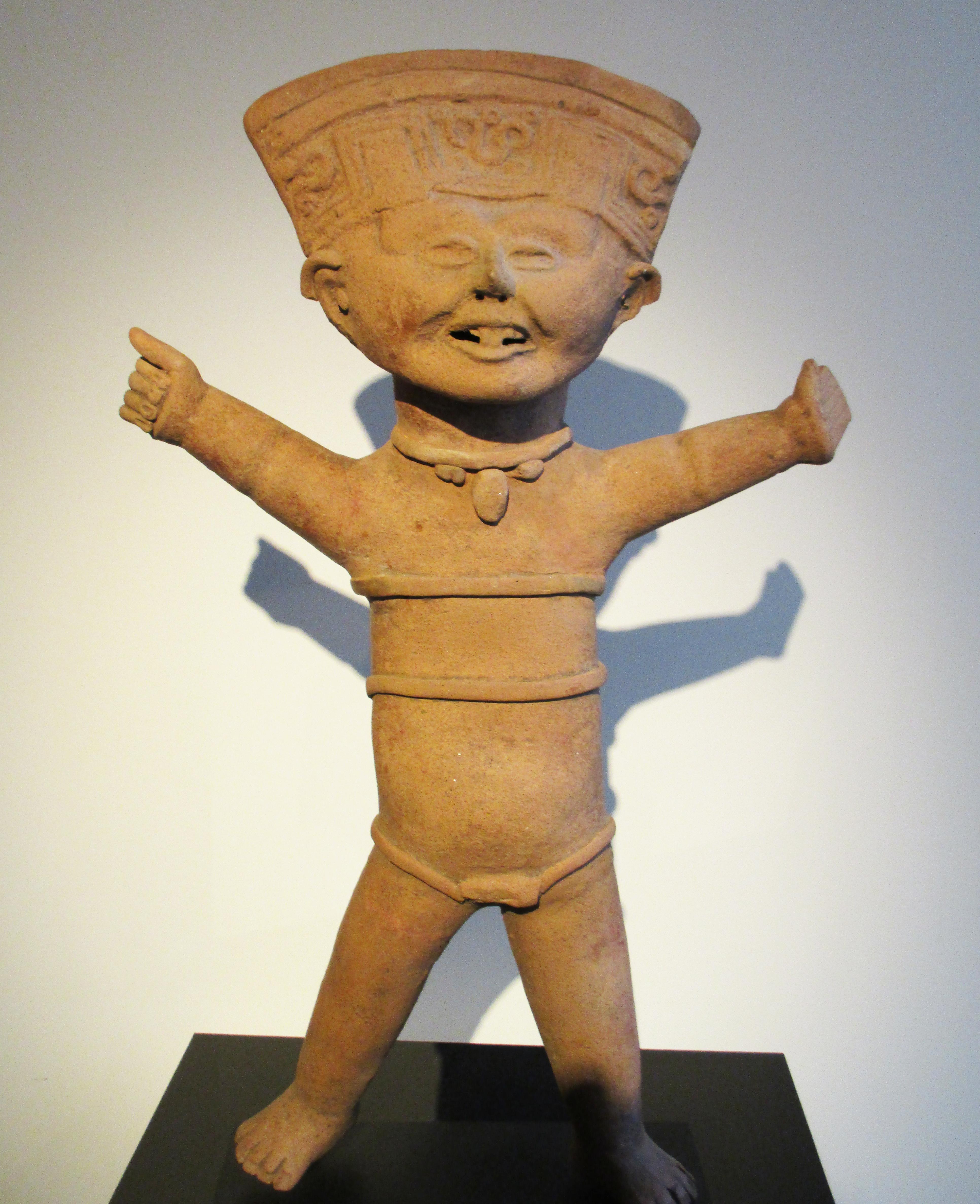 Souriant dansant Terre cuite beige et rouge Mexique, culture Veracruz , 600 - 800 après JC