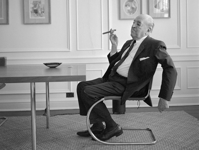 Mies van der Rohe dans la chaise Mr Side qu'il a conçue, image © Mies Society