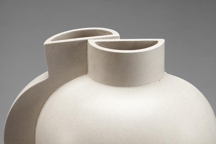 Detalj av de två halva vaserna som sammanfogats till en. Likt en målning av Fernand Léger