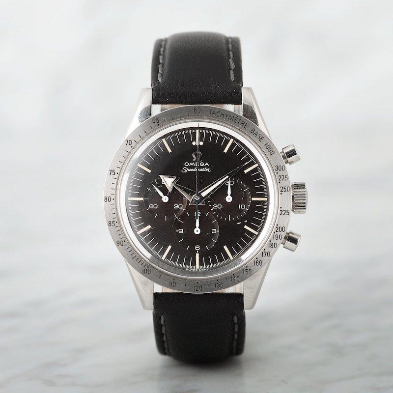 Ytterligare en Omega Speedmaster Kronograf Armbandsur, 39 mm i stål, manuell med plexiglas och läderband tillverkad 24 mars 1958 såldes en bra bit över 400 000 kronor