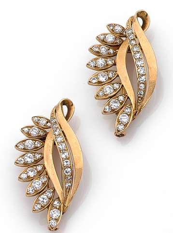 Paire de clips de corsage feuilles en or jaune 18k (750) sertis de diamants taillés en brillant. Signés Van Cleef & Arpels 66786. Estimation basse: 3 000 €