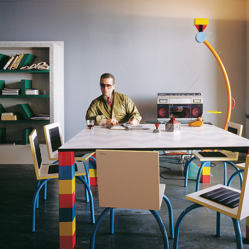 Karl Lagerfeld omgiven av Memphisgruppens möbler. Bild via The Cut