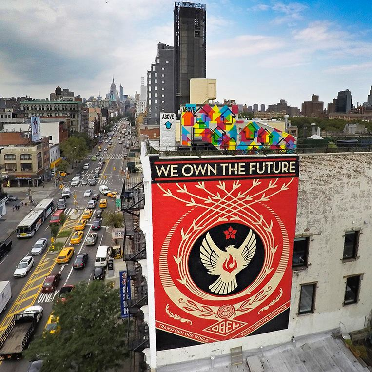 Shepard Fairey, peinture murale, « We own the future », à New-York, 2014