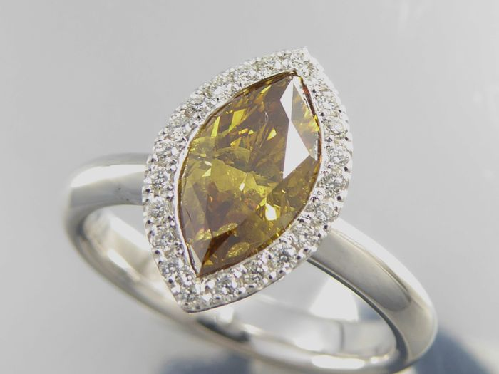 Weißgold-Ring mit Marquiseschliff-Diamant in Natural Fancy Deep brownish orangey yellow und weiteren Diamanten