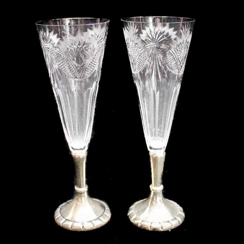 Pareja de copas de cava en cristal tallado y bases en plata punzonada