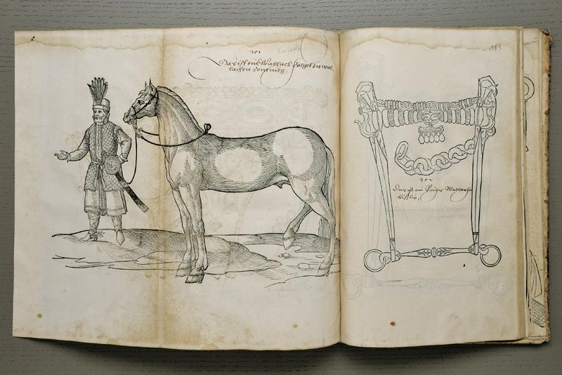 """HANS KREUTZBERGER - """"Warhafftige und Eygentliche Contrafactur und Formen der Zeumung und gebisz... der Pferdt, wie dern arten nach ordnung verzeychnet seind, nutzlich unnd dienstlich, sampt iren zugehörenden Naszbändern, Cauczoni, Stegreyf, Sporn, unnd anderem so zu artlicher Reyterey notwendiger weysz erfordert wirdt."""", Erstausgabe, Augsburg 1562"""