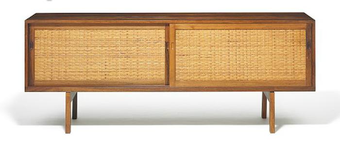 """Ett sideboard med modellnamnet """"RY 26"""" av Hans J Werner tillverkat i riopalisander ropas ut på en av Bruun Rasmussens auktioner i veckan"""