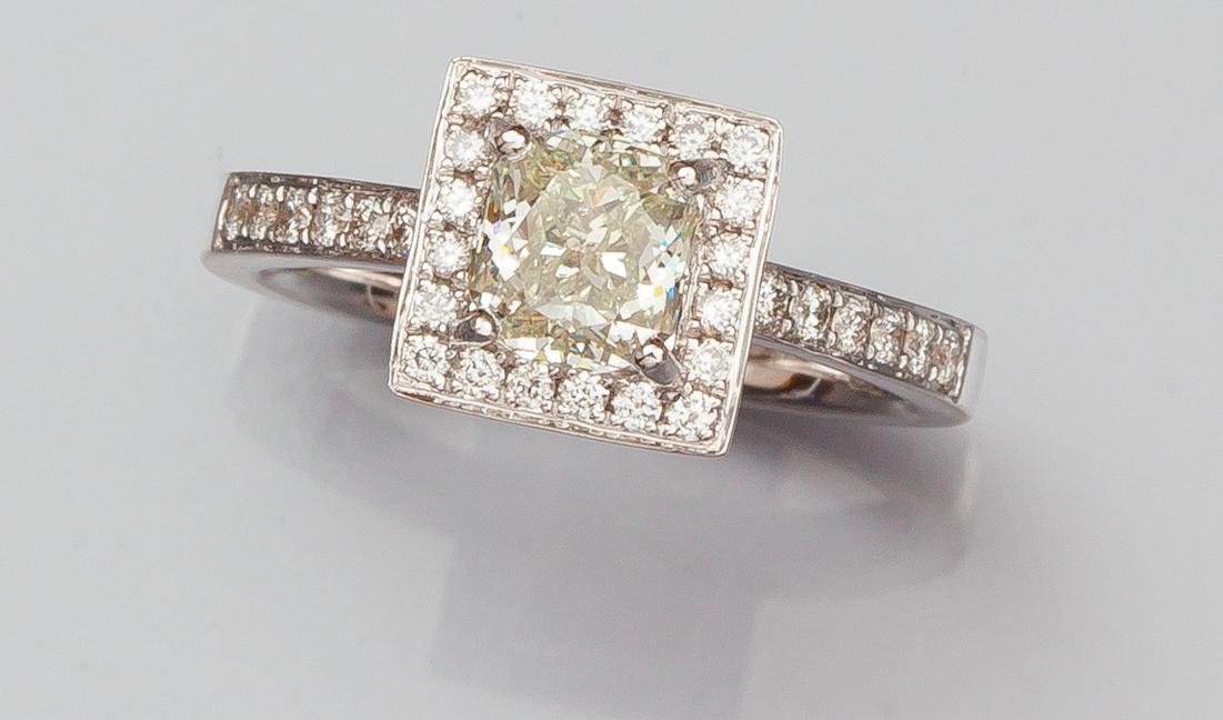 Bague en or gris , 750 MM, ornée d'un diamant taille coussin pesant 1,09 carat Vermot & Associés Estimation: 2 500/2 800 €