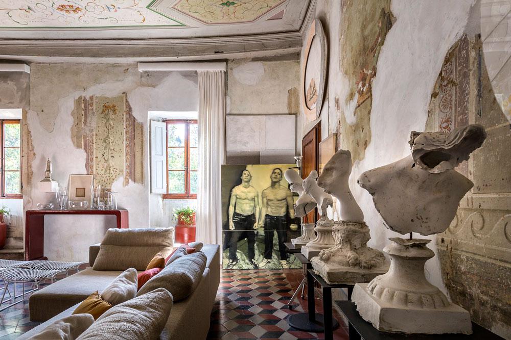 Detalle de la sala de estar con frescos, bustos de Roberto Dragoni y obras de arte.