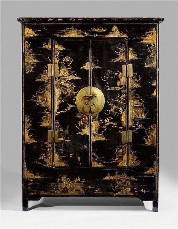 Garderob i trä, dekorerad med målningar i guldlack. 213 x 155 x 51 cm, andra hälften av 1500-talet. Utropspris: 280 000 - 370 000kronor.