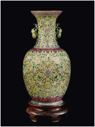 Gul porslinsvas med stork-motiv på gul botten. Kina, Qingdynastin. Utrop: 370 000 SEK Cambi
